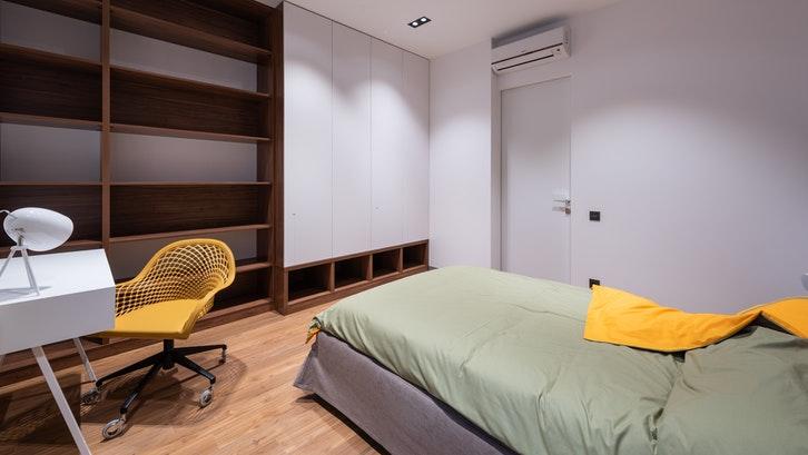 Kayu Mahoni lebih baik digunakan untuk perabotan indoor.(Foto: Pexels – Max Vakhtbovych)