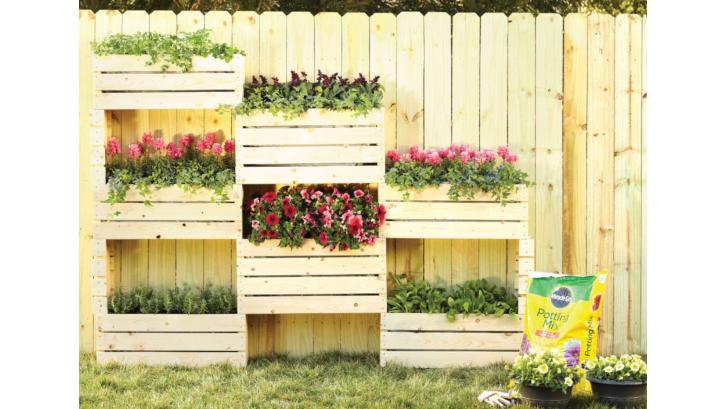 Ingin menata taman depan rumah dengan praktis? Coba vertical garden. (Foto: Miracle Gro)