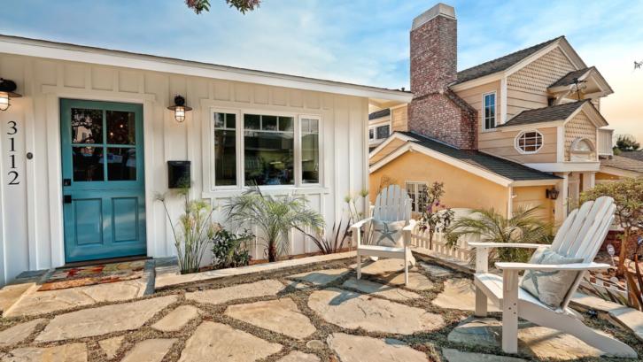 Terapkan konsep patio ketika Anda menata taman depan rumah. (Foto: Houzz)