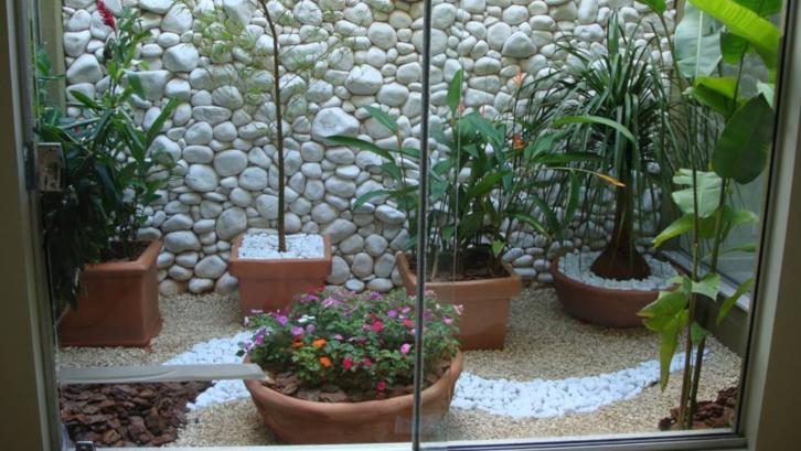 Tak punya waktu mengurus taman? Cobalah menata taman depan rumah tanpa rumput! (Foto: Architecture and Design)