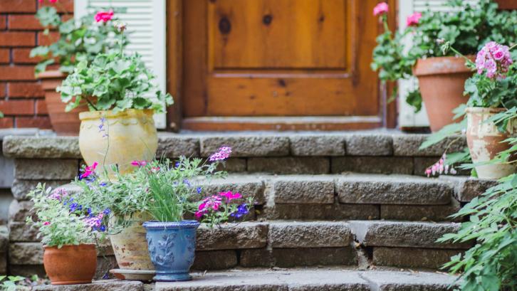 Bebas repot dari rumah kotor berkat jurus menata taman depan rumah dengan konsep container garden. (Foto: The Spruce)