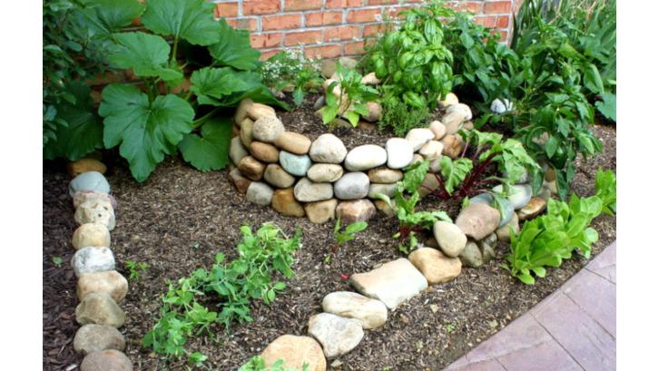 Yang suka berkebun atau baru mau mencoba hobi ini, yuk mulai menata taman depan rumah dengan konsep berikut. (Foto: Oh My! Creative)