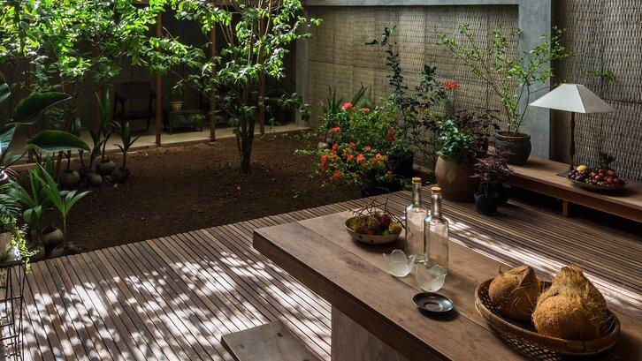 Konsep taman belakang rumah minimalis semi terbuka, membuat penampilan hunian Anda tidak biasa.(Foto: Curbed.com)