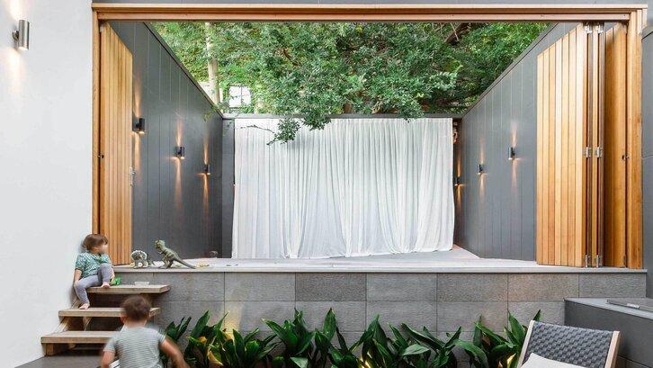Taman belakang rumah minimalis dengan konsep panggung (foto: pinterest)