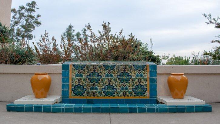 Keramik dan aksen ala Persia. (Foto: Unsplash-Leslie Yu)