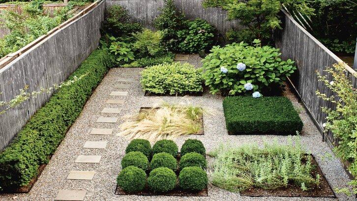 Bentuk-bentuk geometris pada taman belakang rumah minimalis. (Foto: Architectural Digest)