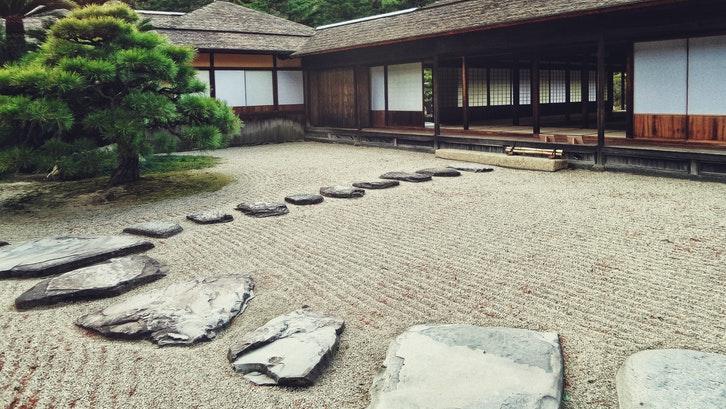 Taman belakang rumah minimalis bergaya ala Jepang, selalu mencuri perhatian (Foto: Pexels-Pixabay)