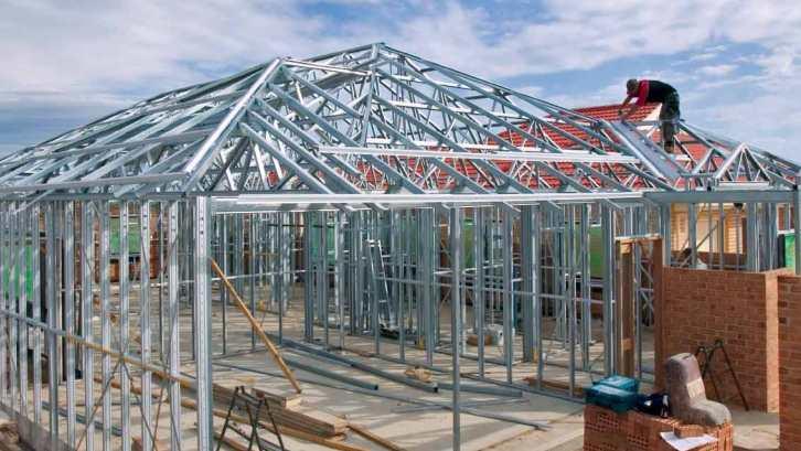 Gunakan jasa teknisi bersertifikat alih-alih tukang untuk hasil pengerjaan atap baja ringan terbaik. (Foto: Stratco.com.au)