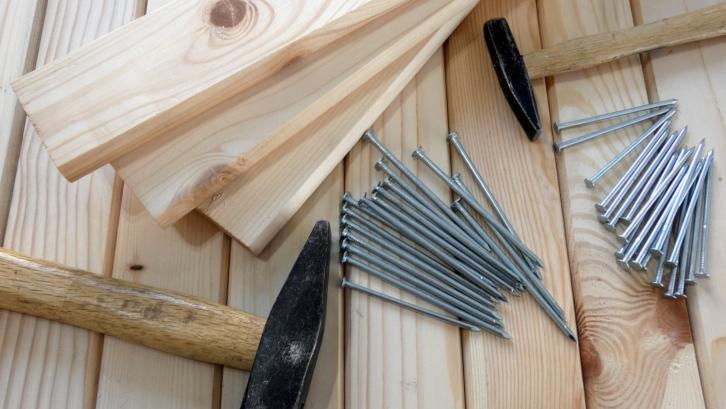 Menghitung harga bahan bangunan secara manual juga bisa menjadi salah satu metode perkiraan biaya bangun rumah tipe 45. (Foto: Pexels)