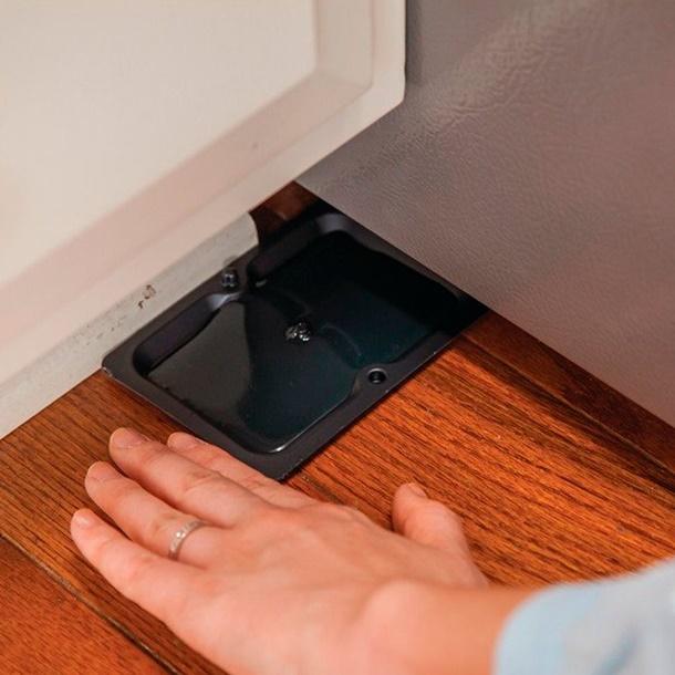 Anda juga bisa menggunakan perangkap lem lengket sebagai cara mengusir cicak. (Foto: Familyhandyman.com)