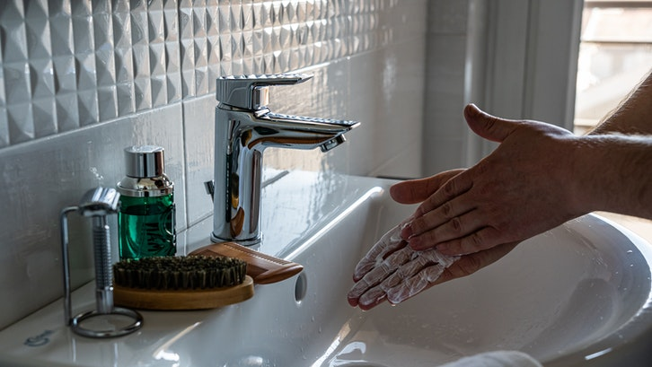 Fungsi utama wastafel adalah untuk mencuci tangan. (Foto:Castorly Stock-Pexels)