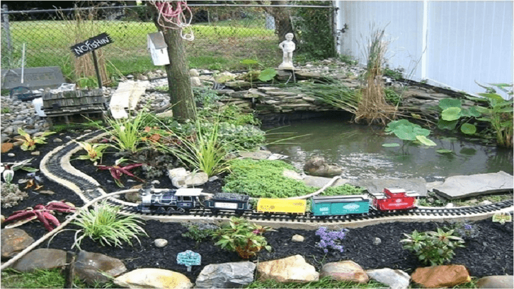 Miniatur kereta api pada kolam. (Foto: Rumah.com)