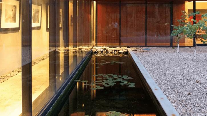 Kolam di pinggir koridor kaca rumah. (Foto: Trendir)