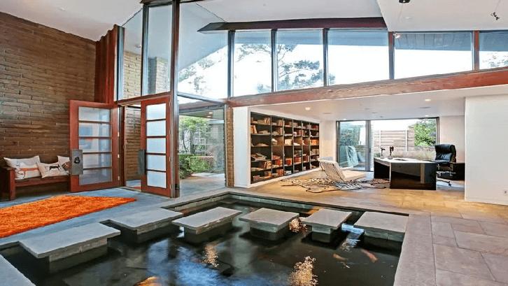 Kolam dalam rumah membuat udara sejuk. (Foto: Trendir)