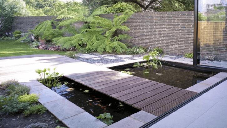 Kolam sederhana di depan rumah. (Foto: SweetHouse)
