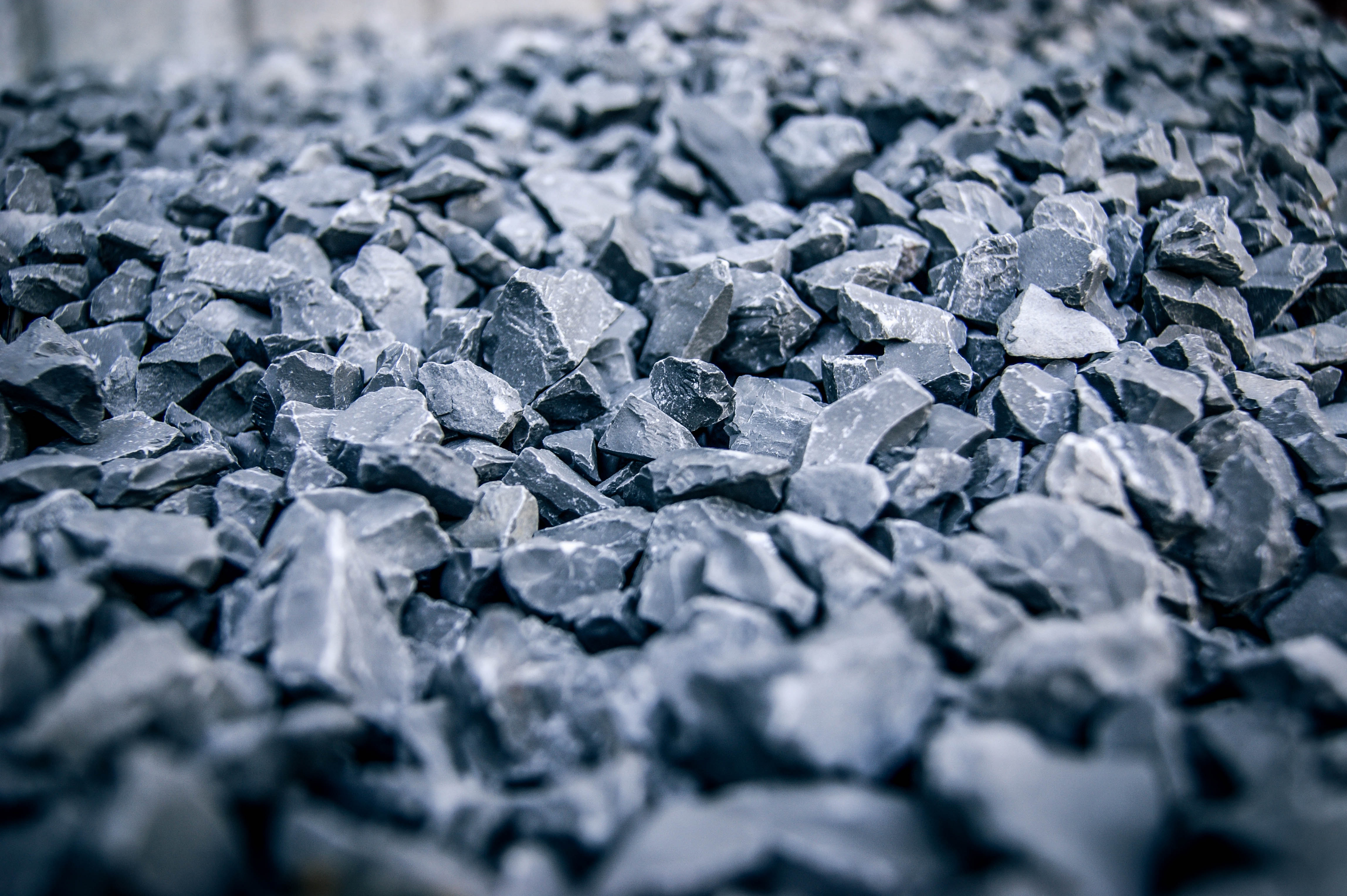 Batu biasa digunakan untuk campuran semen. (Foto: Pexels – Johnny)