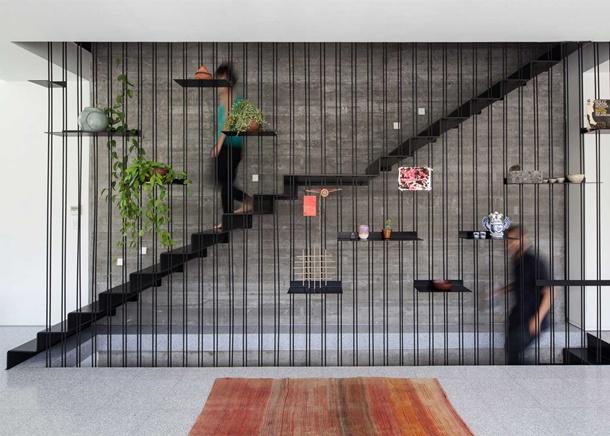 Kreativitas tanpa batas pada railing tangga dengan desain geometri ini. (Foto: trendir.com)