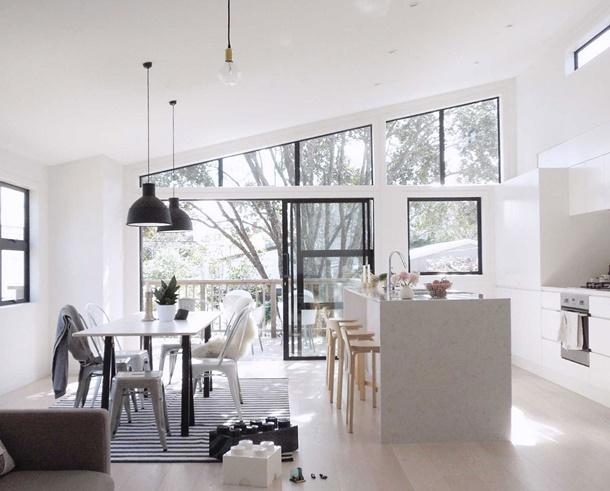 Penggunaan high ceiling pada interior rumah minimalis memberi efek mewah instan. (Foto: fosterconcrete.net)