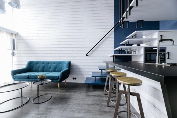 Tangga lega dengan warna dan tekstur yang memenuhi tuntutan kemewahan pada interior rumah minimalis. (Foto: yadokari.net)
