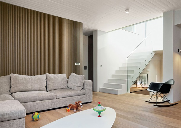 Interior rumah minimalis ini menjadi terkesan mewah berkat tangga kacanya. (Foto: dwell.com)