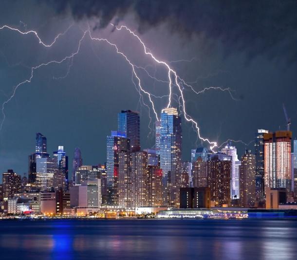 Penangkal petir kerap ditemukan di gedung pencakar langit yang memang rentan terkena sambaran petir. (Foto: Pexels)