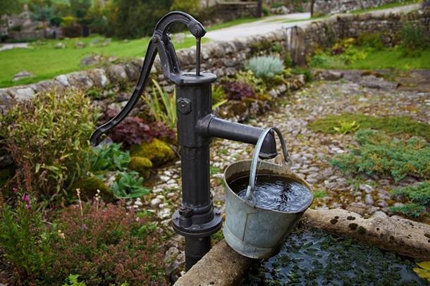 Pompa air sumur dangkal masih digunakan di lahan sempit atau untuk aktivitas ringan. (Foto: Pixabay)