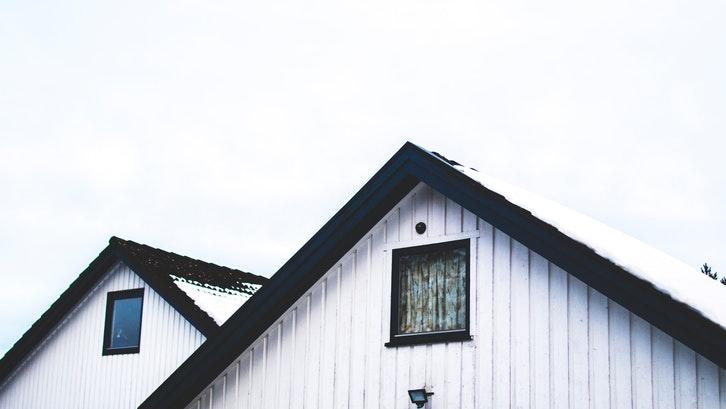 Atap pelana memiliki berbagai macam kelebihan.  (Foto: Pexels - Sindre Storm)