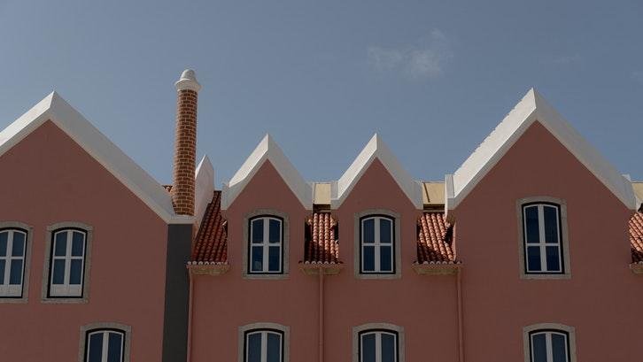 Terdapat 5 jenis atap pelana yang dapat Anda implementasikan. (Foto: Pexels - Alleksana)