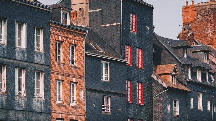 Tentu jenis atap pelana memiliki kelebihan dan kekerungan. (Foto: Pexels – Maria Orlova)