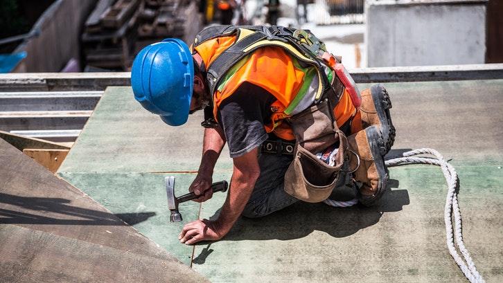 Pemasangan atap pelana harus teliti dan cermat. (Foto: Pexels - Burst)