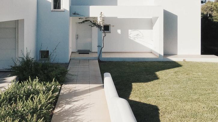Atap dengan material beton lebih kokoh dan tahan lama. (Foto: Pexels – PixaSquare)