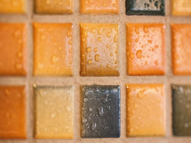 Supaya tampilan dinding tidak terlalu berat, hindari menggunakan keramik yang bercorak ramai. (Foto: Pixabay)