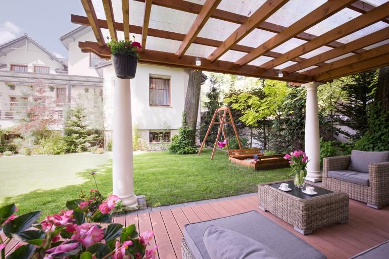 Manfaatkan penggunaan kanopi untuk membuat udara di rumah semakin sejuk