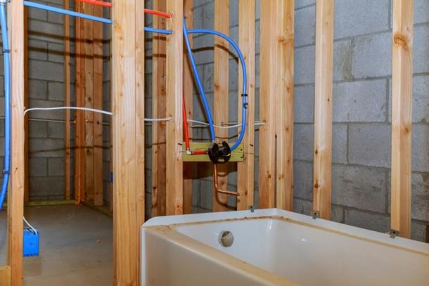 Untuk mengalirkan air panas, kontraktor biasanya menggunakan pipa khusus yang anti bocor jika disambungkan dengan pipa lain, salah satunya pipa air PEX (Foto: Homeguide.com)