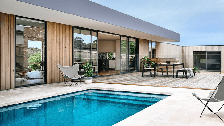 Desain kolam minimalis dengan bentuk persegi. (Sumber: Pinterest.com)