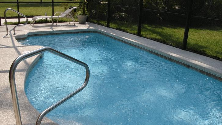 Desain kolam renang harus menyesuaikan kondisi lahan. (Sumber: Pexels.com)