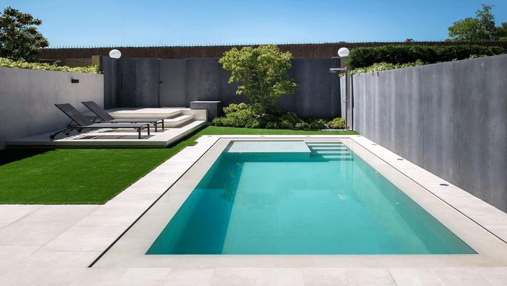 Kolam renang minimalis dengan warna netral dan bentuk persegi. (Sumber: Pinterest)