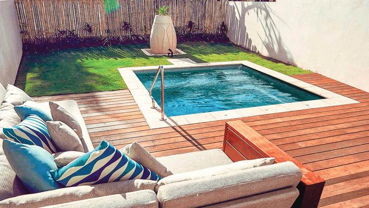 Lap pool menjadi pemanis di halaman yang mungil. (Sumber: Leisurepoolsusa.com)