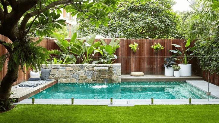Tanaman di dinding garden-side pool menambah kesan hijau. (Sumber: Pinterest.com)