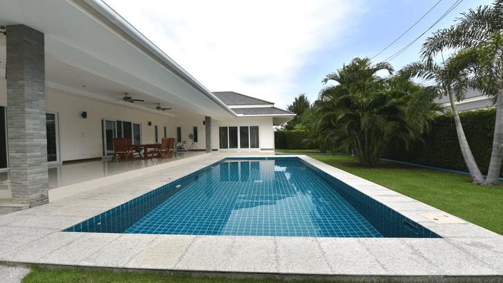 Kolam renang minimalis dibangun dengan material padat dan konkrit. (Sumber: Dansiam-property.com)