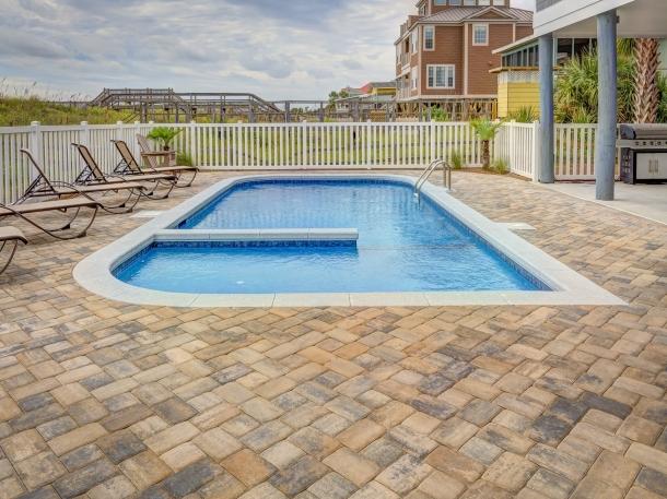 Berikan pembatas di bagian tengah kolam renang untuk membedakan tingkat kedalaman. (Foto: Pexels)