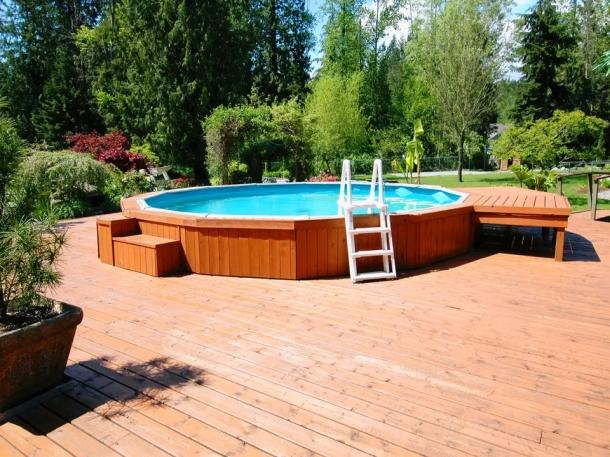Kolam renang di atas tanah bisa menjadi pilihan untuk berhemat. (Foto: The Spruce)