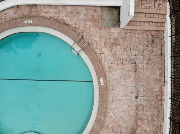 Desain kolam renang berbentuk lingkaran dapat menghemat ruang di halaman belakang. (Foto: Unsplash)