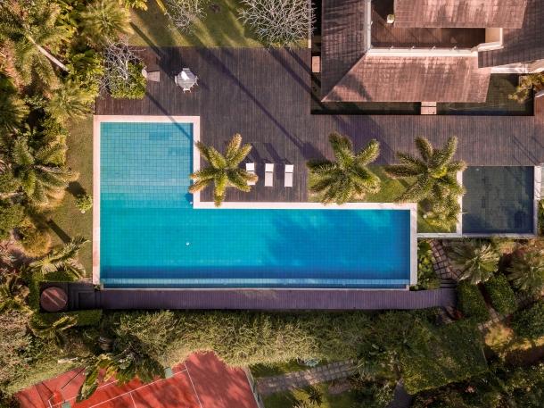 Desain kolam renang berbentuk seperti huruf L memberikan kesan modern. (Foto: Unsplash)