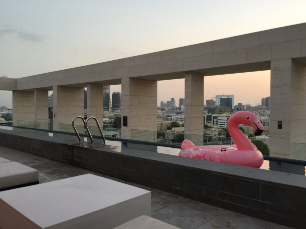 Membangun kolam renang di atap untuk tempat berolahraga dan berkumpul bersama keluarga. (Foto: Unsplash)