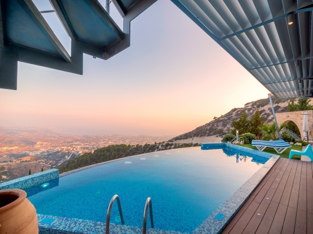 Kolam renang tanpa batas memungkinkan Anda melihat pemandangan indah yang seperti tak berujung. (Foto: Pixabay)