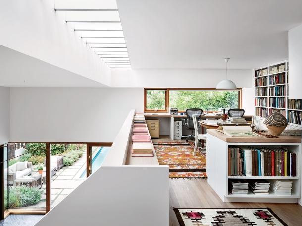 Sebuah mezzanine dapat menggambarkan karakter penghuninya. (Foto: Architectural Digest)