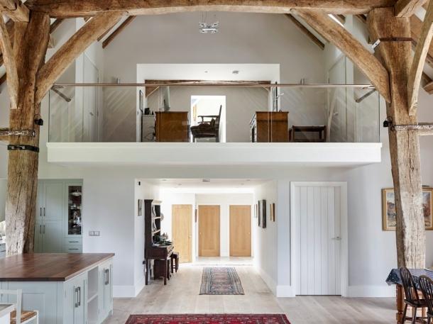 Mezzanine dengan desain terbuka bisa diterapkan di hunian dengan lahan terbatas. (Foto: Build It)