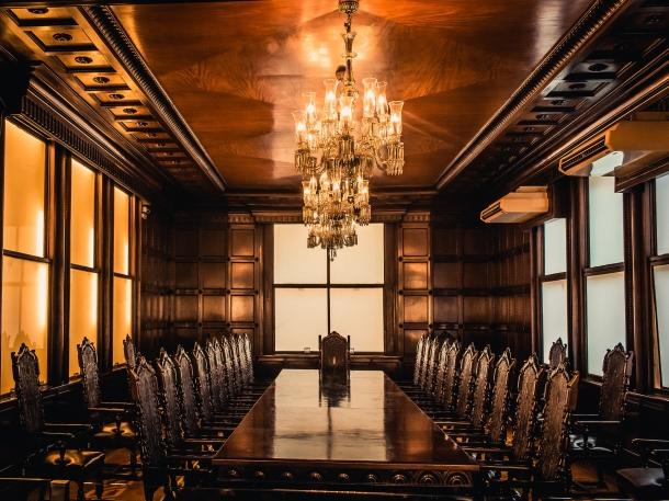 Hadirkan plafon ala kerajaan yang terlihat mewah di salah satu ruangan di rumah Anda. (Foto: Pexels)