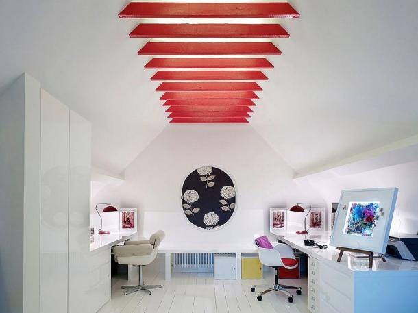 Plafon balok denagn warna cerah membuat ruangan menarik tanpa mengeluarkan banyak biaya. (Foto: Decoist)